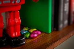 在书架掩藏的复活节巧克力 免版税图库摄影