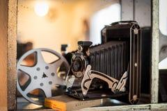 在书架的古色古香的照相机 库存图片