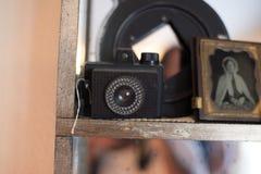 在书架的古色古香的照相机 免版税库存照片