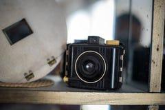 在书架的古色古香的照相机 图库摄影