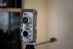 在书架的古色古香的照相机 免版税库存图片