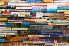 在书架的堆书在书店 免版税库存照片