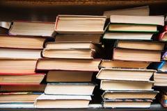 在书架背景的旧书 库存图片