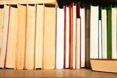在书架背景的旧书 免版税库存照片