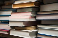 在书架背景的旧书 库存照片
