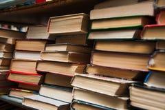 在书架背景的旧书 免版税图库摄影
