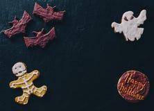 在书桌上的万圣夜曲奇饼 库存图片