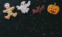 在书桌上的万圣夜曲奇饼 免版税库存照片
