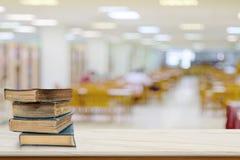 在书桌上的书在图书馆里在小学 免版税库存图片