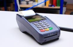 在书桌上的信用卡读者在商店 图库摄影