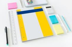 在书桌上的办公室项目 免版税库存图片