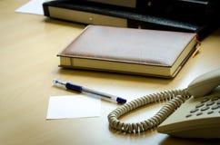 在书桌上的办公设备。 免版税图库摄影