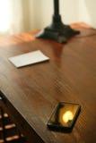 在书桌上的手机 免版税库存图片