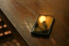 在书桌上的手机 图库摄影