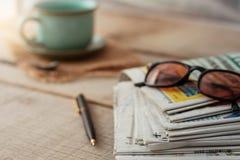 在书桌上的报纸 库存图片
