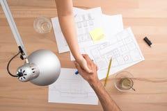 在书桌上的握手 免版税库存图片