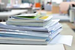 在书桌上的文件 免版税库存照片