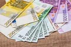 在书桌上的欧洲钞票 免版税图库摄影