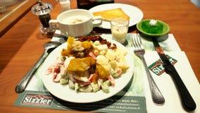 在书桌上的沙拉在Sizzler牛排retaurant泰国 免版税库存照片