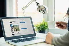 在书桌上的现代膝上型计算机在有Instagram网站的办公室在屏幕上 图库摄影