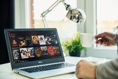 在书桌上的现代膝上型计算机在有Netflix应用的办公室在屏幕上 库存照片