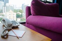 在书桌上的电话 免版税库存照片