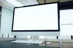 在书桌上的白色屏幕 免版税库存图片