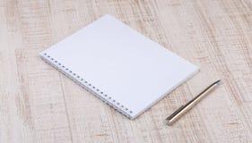 在书桌上的空白的白色笔记本 免版税图库摄影
