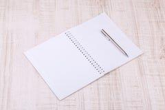 在书桌上的空白的白色笔记本 免版税库存照片