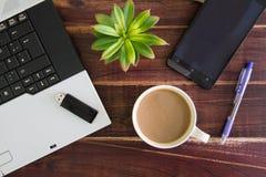 在书桌上的笔记本计算机, USB闪光推进棍子,咖啡杯 库存照片