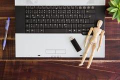 在书桌上的笔记本计算机, USB闪光推进棍子 库存图片