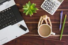 在书桌上的笔记本计算机 计算器, USB闪光推进棍子, 免版税库存照片