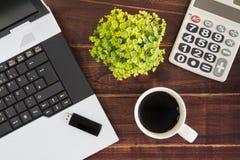 在书桌上的笔记本计算机 计算器, USB闪光推进棍子, 库存图片