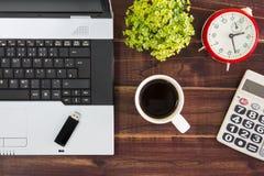 在书桌上的笔记本计算机 计算器, USB闪光推进棍子, 库存照片