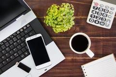 在书桌上的笔记本计算机 计算器, USB闪光推进棍子, 免版税图库摄影