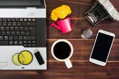 在书桌上的笔记本计算机 USB闪光推进棍子,咖啡杯, c 库存照片