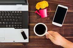 在书桌上的笔记本计算机 USB闪光推进棍子,咖啡杯, s 库存图片
