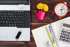 在书桌上的笔记本计算机 USB闪光推进棍子,纸 库存照片