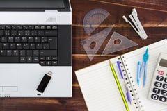 在书桌上的笔记本计算机 USB闪光推进棍子,纸 免版税库存照片