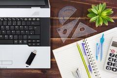 在书桌上的笔记本计算机 USB闪光推进棍子,纸 免版税库存图片