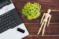 在书桌上的笔记本计算机 USB闪光推进棍子 免版税库存图片