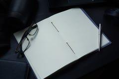 在书桌上的笔记本,在笔记本的空的空间Enter文本的 库存照片