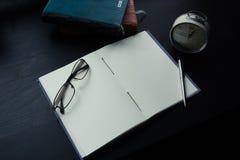 在书桌上的笔记本,在笔记本的空的空间Enter文本的 免版税库存图片
