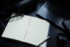 在书桌上的笔记本,在笔记本的空的空间Enter文本的 库存图片