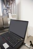 在书桌上的膝上型计算机有黑屏的 免版税库存照片