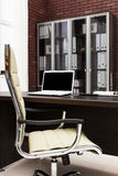 在书桌上的膝上型计算机 免版税库存图片