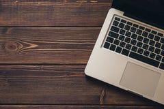 在书桌上的膝上型计算机 免版税库存照片