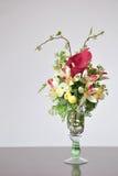 在书桌上的花瓶人造花 库存图片