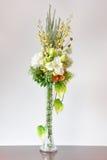 在书桌上的花瓶人造花 图库摄影