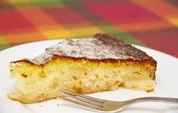 在书桌上的菠萝蛋糕 库存图片